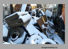 Отходы крпногабаритных вещей: диван, колеса, велик, коробки складируются на почву