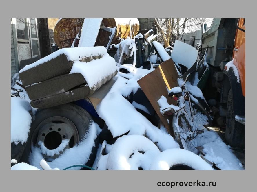Отходы крупногабаритных вещей: диван, колеса, велик, коробки складируются на почву